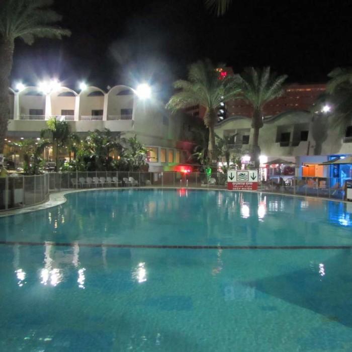 הבריכה בלילה מלון לאונרדו פריוילג' אילת