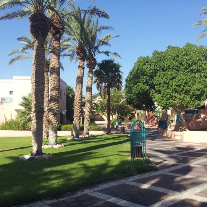 המלון מורכב מביתנים הכוללים כמה חדרים ובינהם שבילים ירוקים מלון מג'יק סאנרייז קלאב אילת
