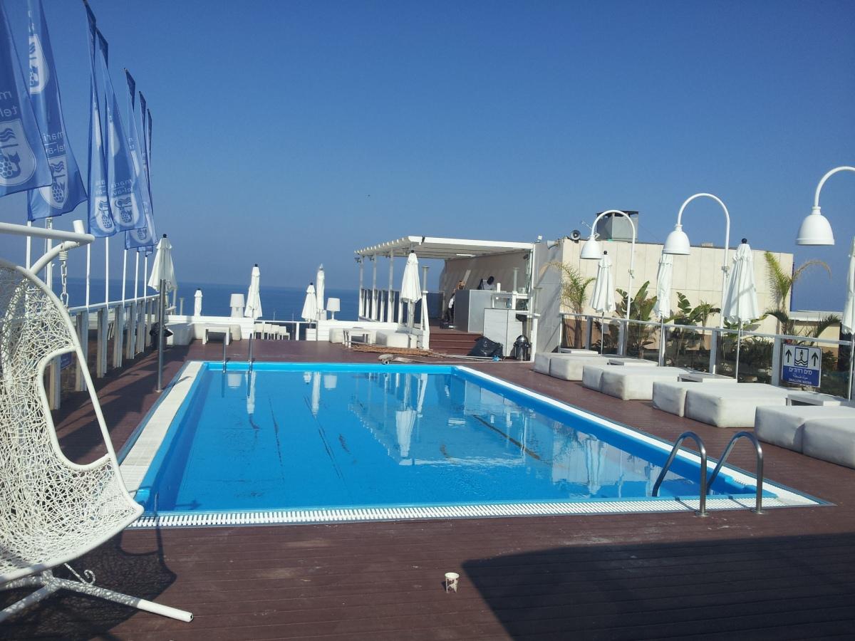 הבריכה על הגג מלון מרינה תל אביב