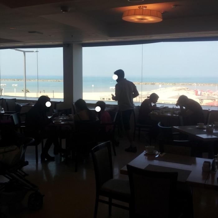 חדר האוכל צופה לים מלון אורכידאה תל אביב