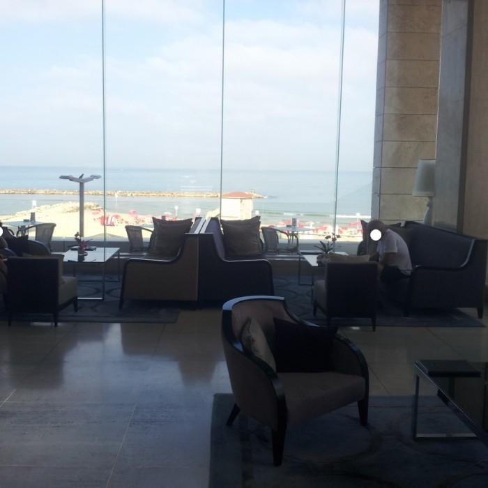 לובי צופה לים מלון אורכידאה תל אביב