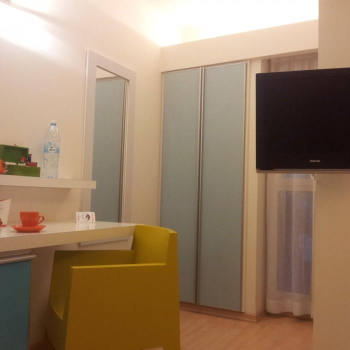 טלוויזיה, פינת קפה, שולחן - הריהוט החדר מלון פרימה סיטי תל אביב