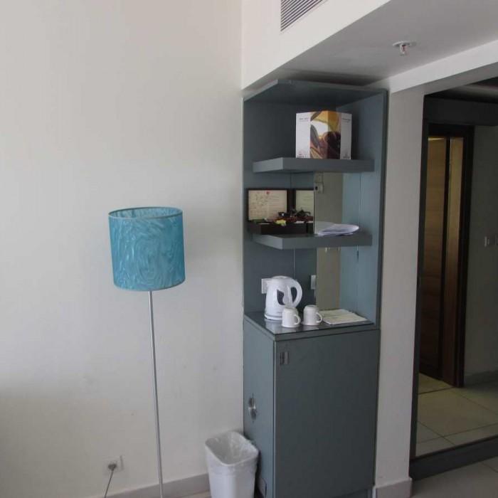 ארון ופינת קפה החדר מלון רימונים אילת