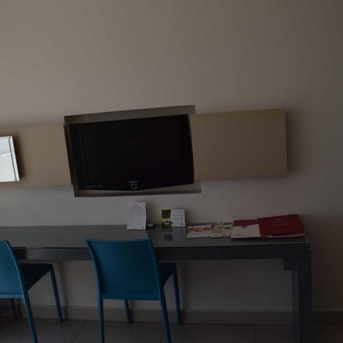 טלוויזיה ושולחן כתיבה החדר מלון רימונים אילת