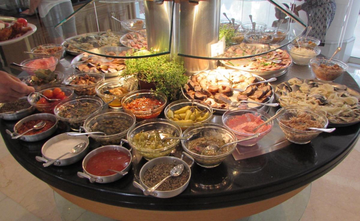 ממרחים, חמוצים, דגים ארוחת בוקר מלון רויאל ביץ אילת