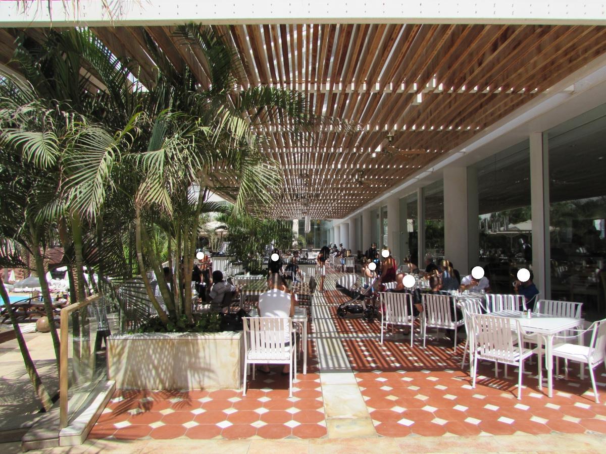 אפשר לשבת גם בחוץ ארוחת בוקר מלון רויאל ביץ אילת