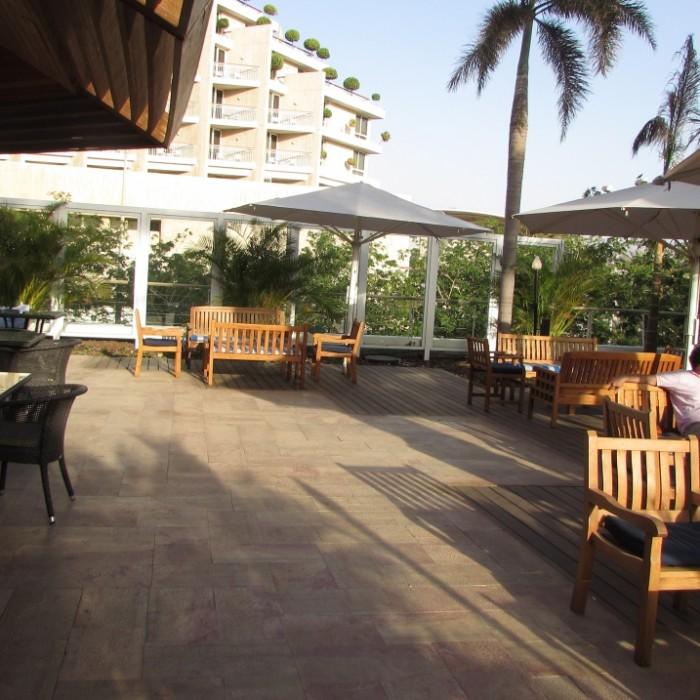 אפשר לשבת גם בחוץ טרקלין העסקים מלון רויאל ביץ אילת