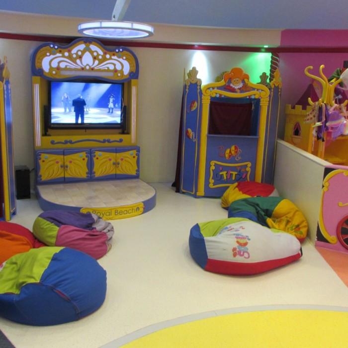 פינת צפייה בטלוויזיה מועדון הילדים מלון רויאל ביץ אילת