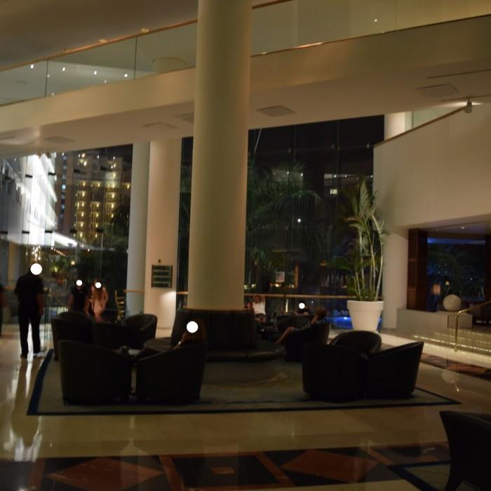 פינת ישיבה לצד הלובי מלון רויאל ביץ אילת