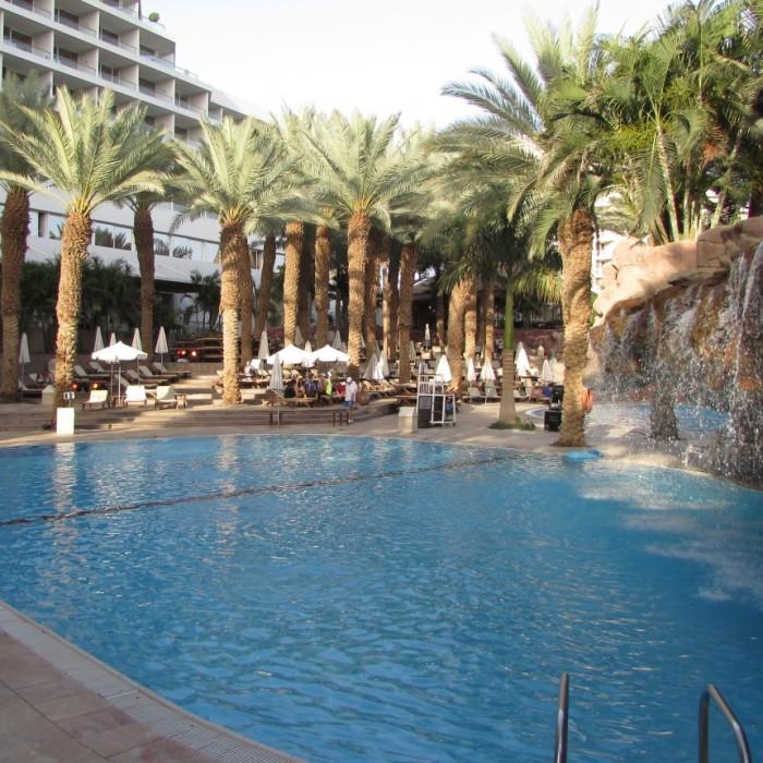 הבריכה (המפלים לא פעילים תמיד, בעיקר שהמלון בתפוסה גבוהה) מלון רויאל ביץ אילת