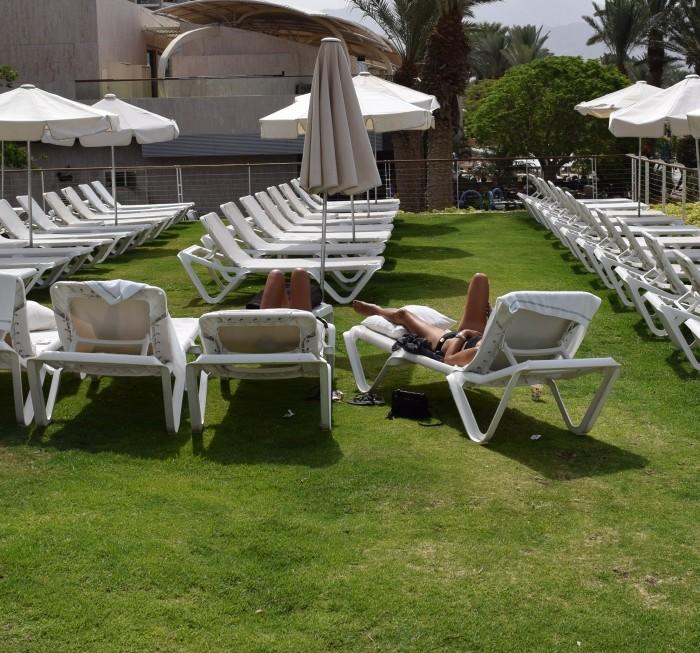 מקום ישיבה לצד הבריכה מלון רויאל ביץ אילת