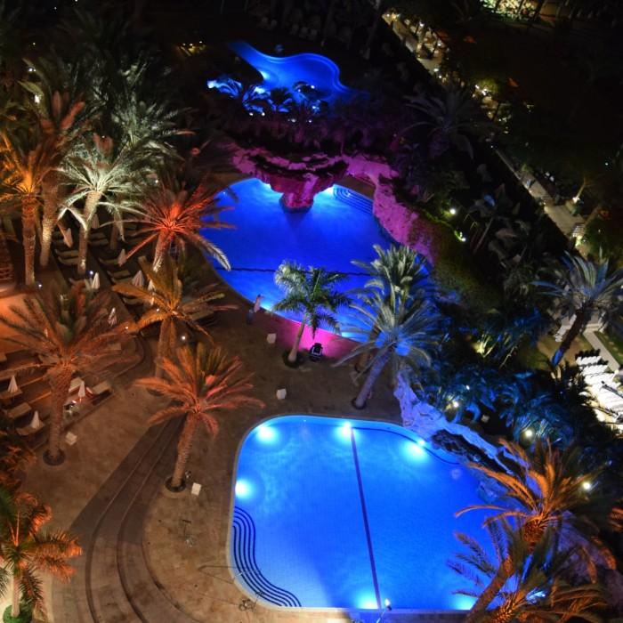 הבריכה בלילה מלון רויאל ביץ אילת