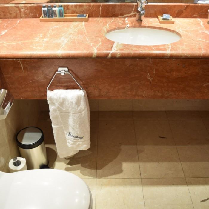 חדר אמבטיה החדר מלון רויאל ביץ אילת