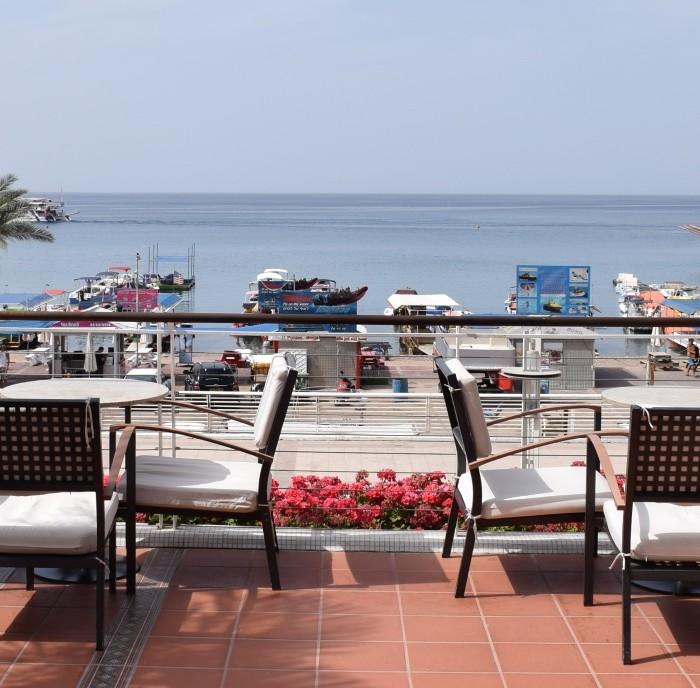 פינת ישיבה חיצונית צופה לים מלון רויאל ביץ אילת