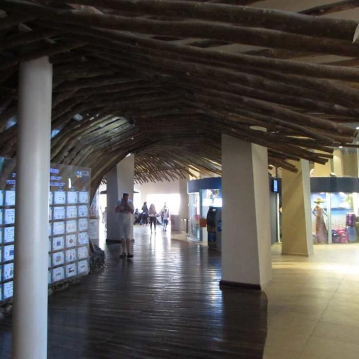 המעבר מהכניסה ללובי מלון יו קןרל ביץ אילת