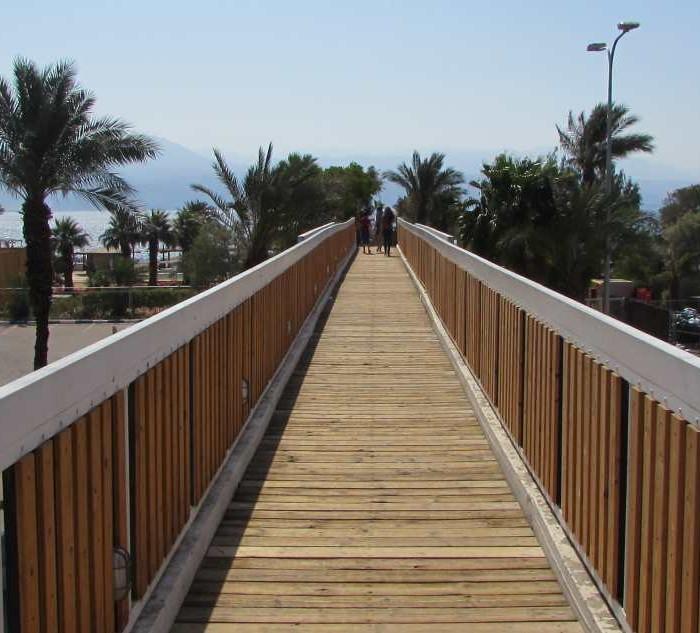 הגשר המוליך אל החוף מלון יו קןרל ביץ אילת
