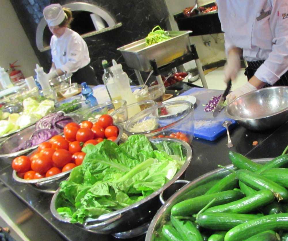 סלט ירוק חתוך במקום ארוחת בוקר מלון יו קורל ביץ אילת