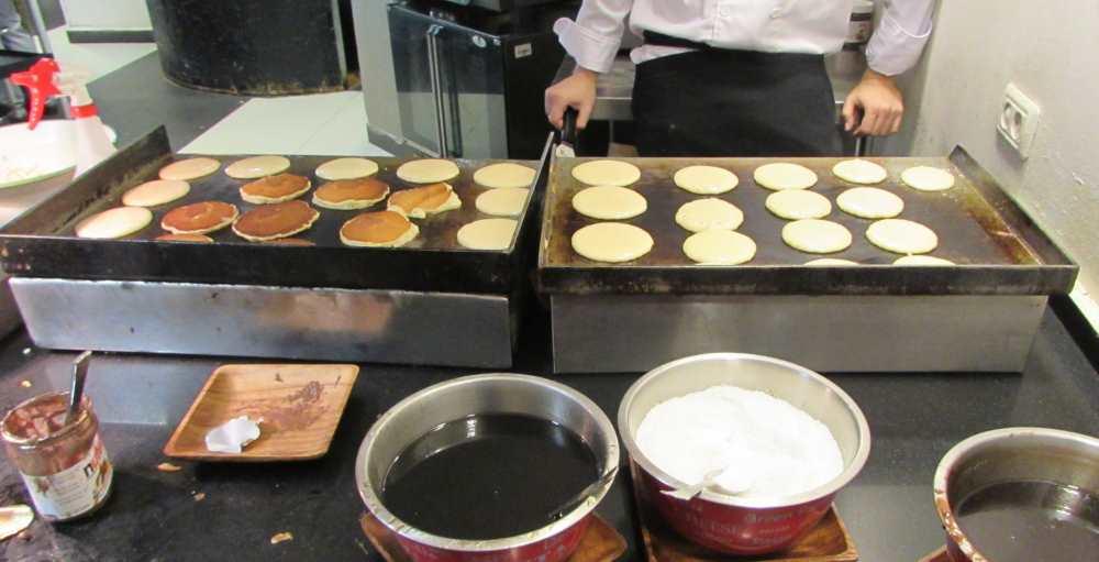 פנקייקים עשויים במקום ארוחת בוקר מלון יו קורל ביץ אילת