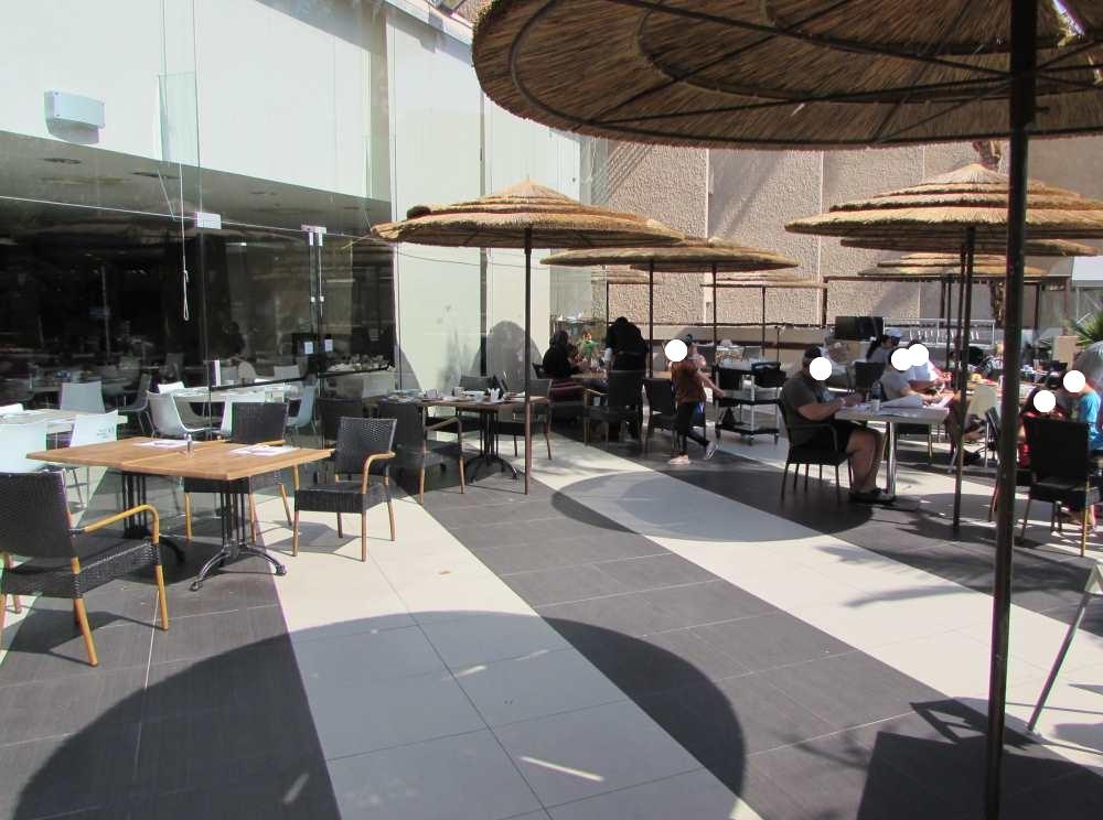 אפשר לשבת גם בחוץ ארוחת בוקר מלון יו קורל ביץ אילת