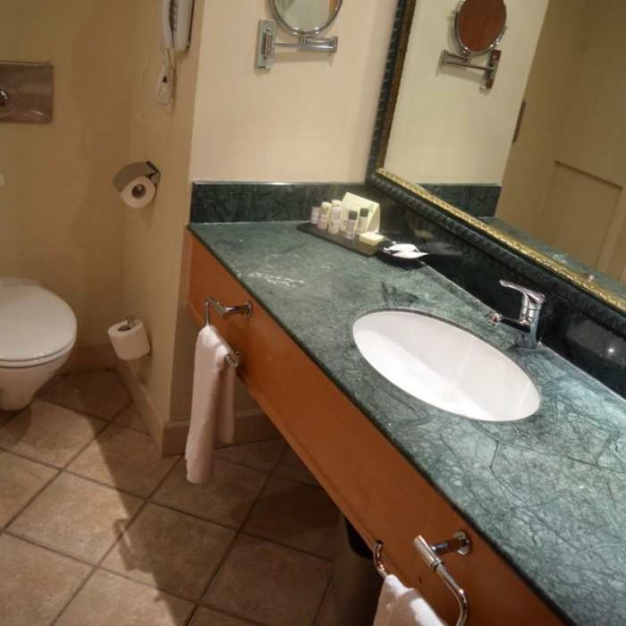 חדר האמבטיה מלון יו סוויטס אילת