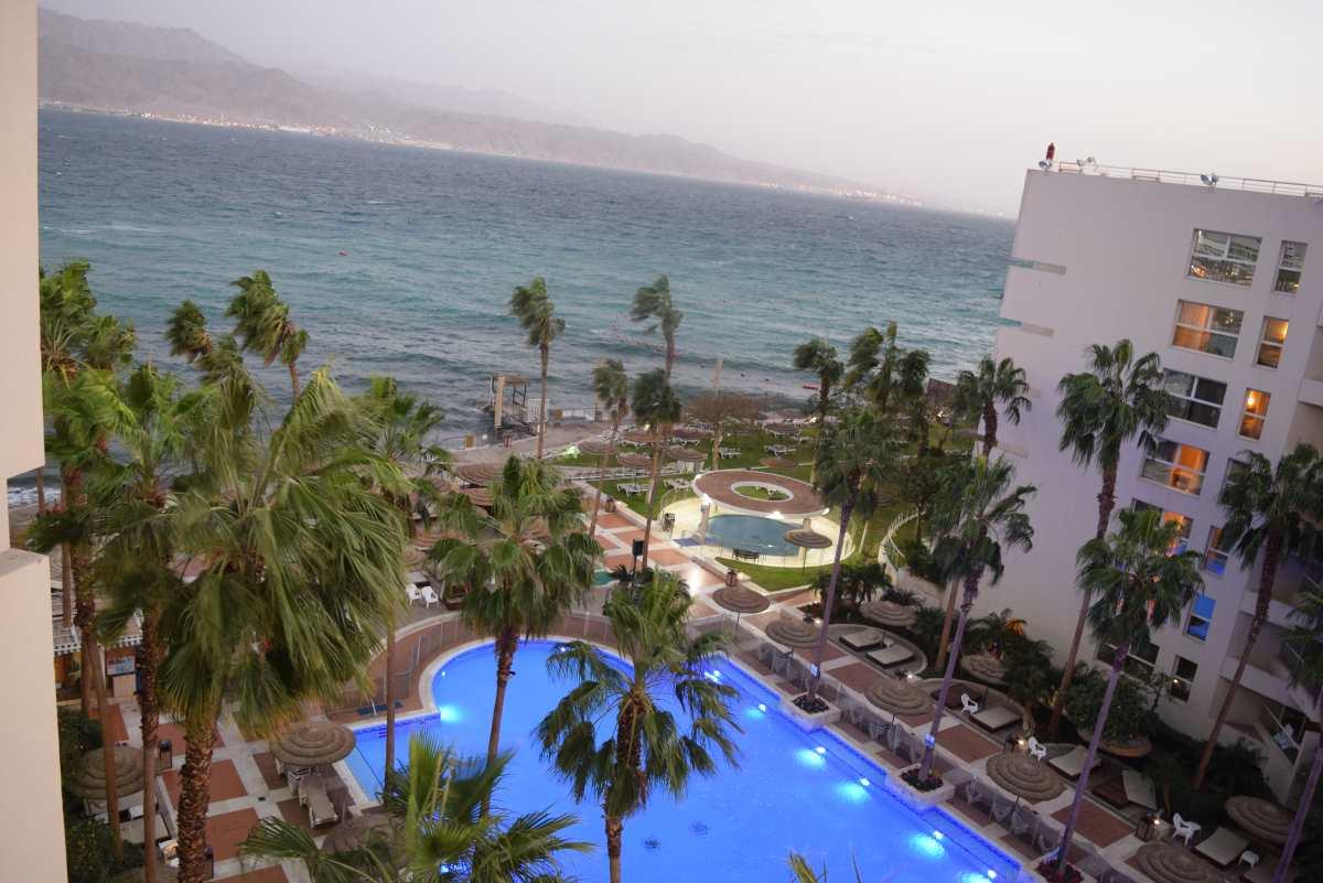 נוף מחדר עם נוף חלקי לים מלון יו סוויטס אילת