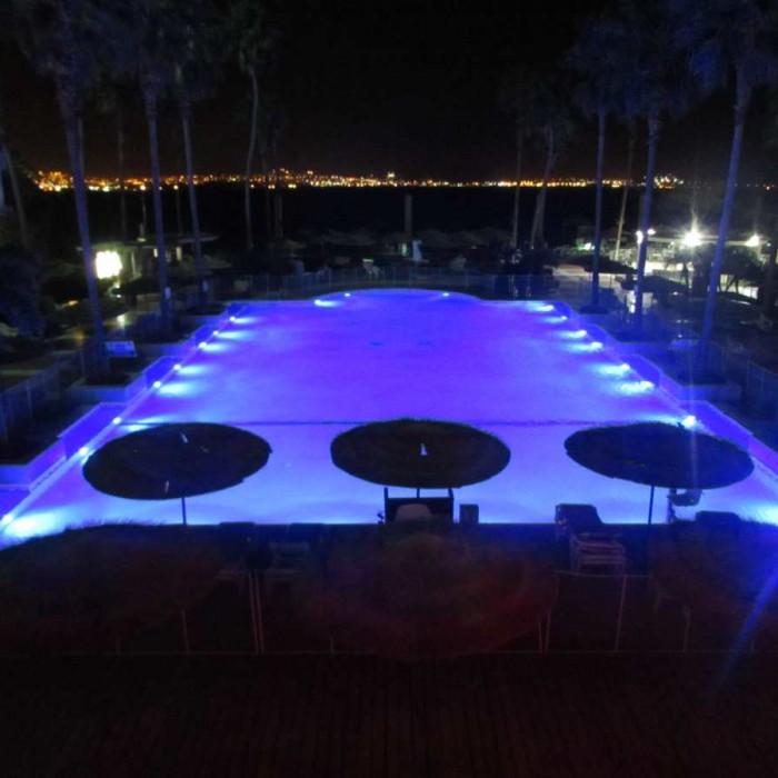 הבריכה בלילה מלון יו סוויטס אילת