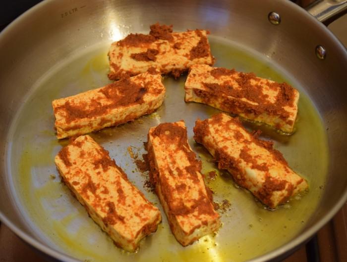 מחממים מעט שמן במחבת ומטגנים את פרוסות הטופו עד להשחמה משני הצדדים