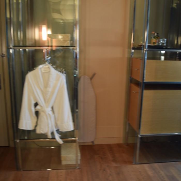 ארון שקוף ומודרני מלון אנדז השדרה החמישית ניו יורק