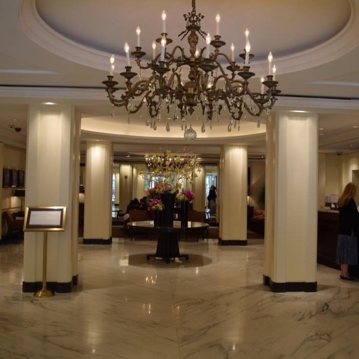 הכניסה למלון, מימין הקבלה ובהמשך הלובי מלון אומני ברקשייר ניו יורק