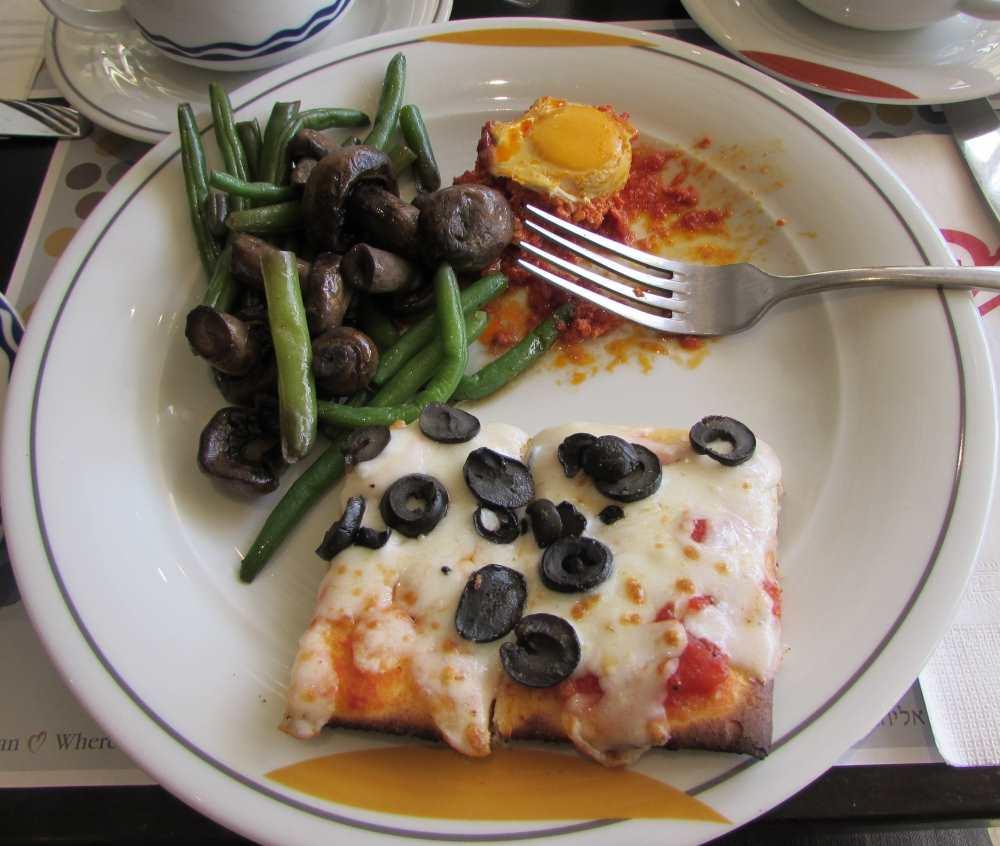 פיצה שקשוקה, סלט פטריות ושעועית ירוקה  ארוחת הבוקר מלון דן אילת