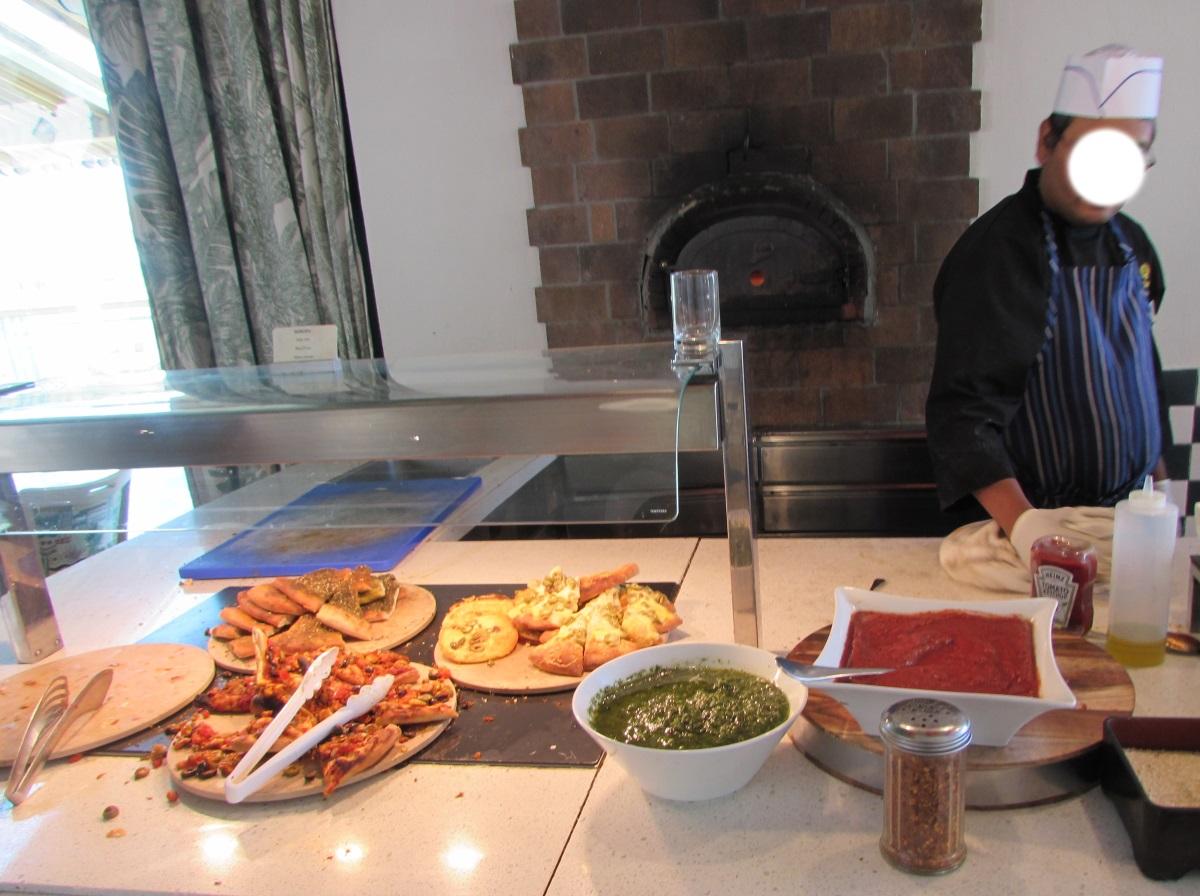 פיצה המוכנה במקום ארוחת בוקר מלון הרודס פאלאס אילת