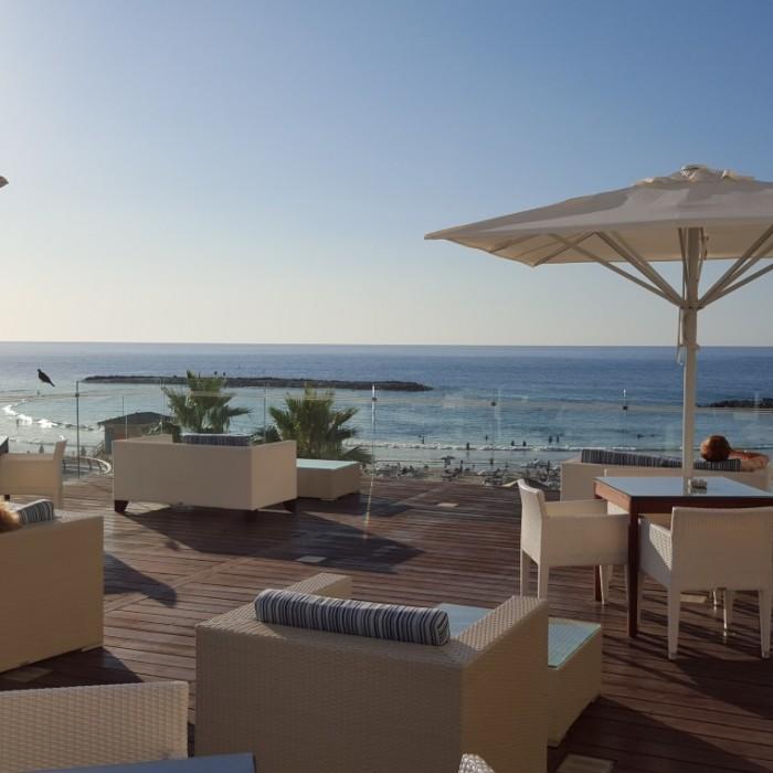 מרפסת צופה לים מלון רנסנס תל אביב