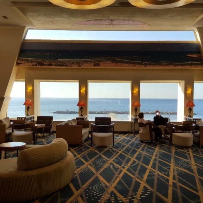 לובי יפה וצופה לים מלון רנסנס תל אביב
