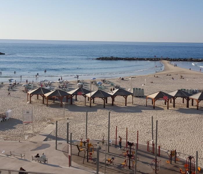 נוף מקומת הלובי אל הים מלון רנסנס תל אביב