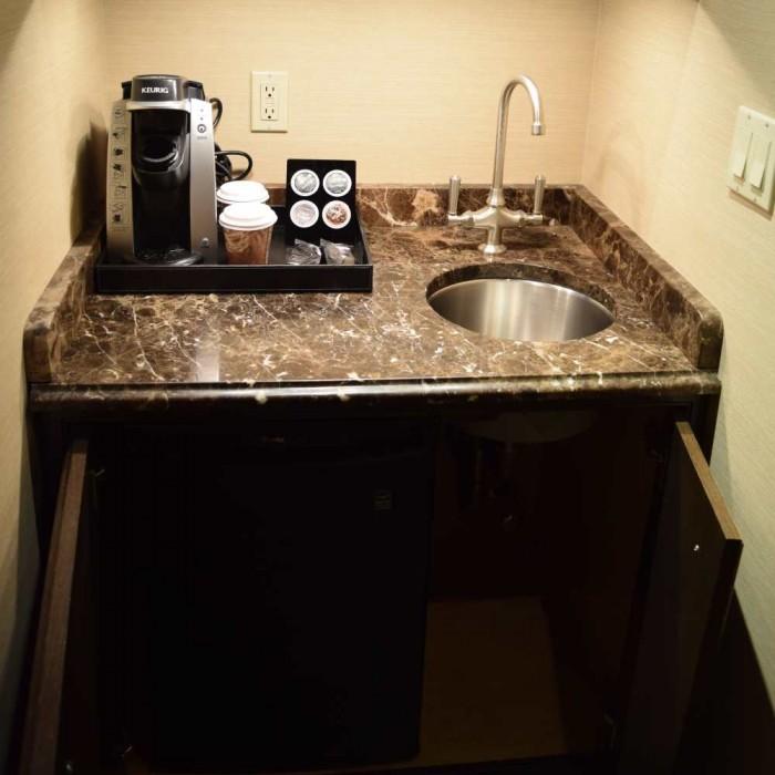 מכונת קפה ומטבחון קטן מלון בלוודר ניו יורק