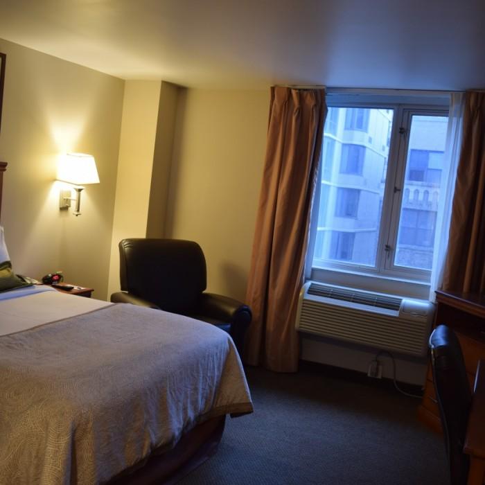 חדר מסוג סטודיו סוויטס עם מיטת קווין מלון קנדלווד ניו יורק