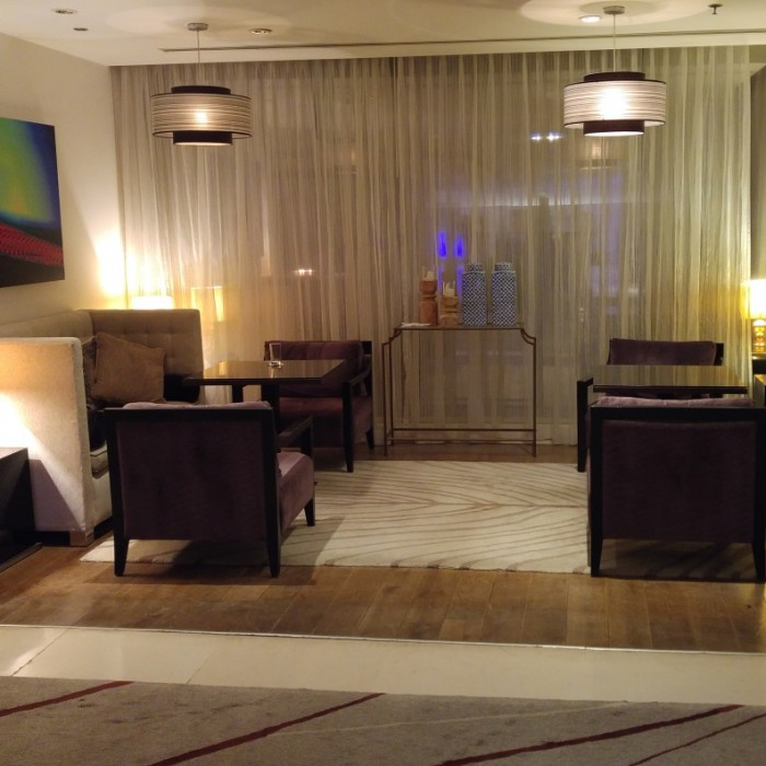 פינת ישיבה בלובי בלילה מלון קרלטון תל אביב