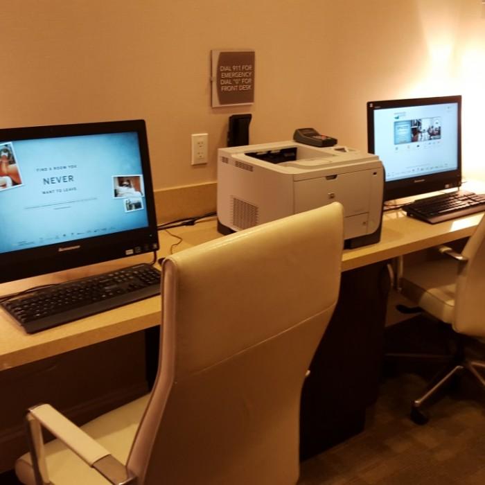 חדר מחשבים מלון הומווד סוויטס מידטאון ניו יורק