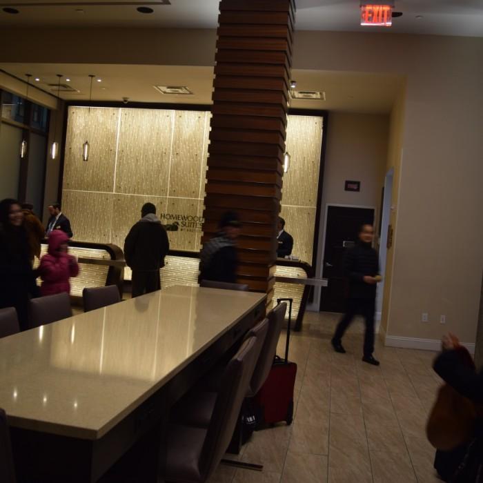 הכניסה למלון וחלק מהלובי מלון הומווד סוויטס מידטאון ניו יורק