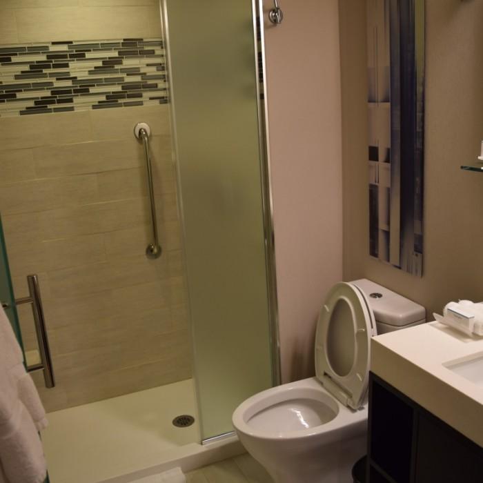 חדר מקלחת מלון הומווד סוויטס מידטאון ניו יורק