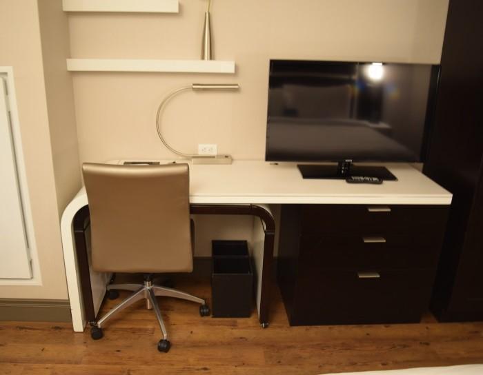 טלוויזיה ושולחן כתיבה מלון הומווד סוויטס מידטאון ניו יורק