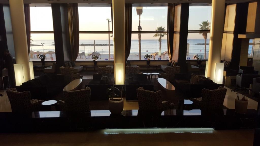 בגלל תכונת ה- HDR ניתן לצלם את הכיסאות החשוכים יחד עם החוף המואר