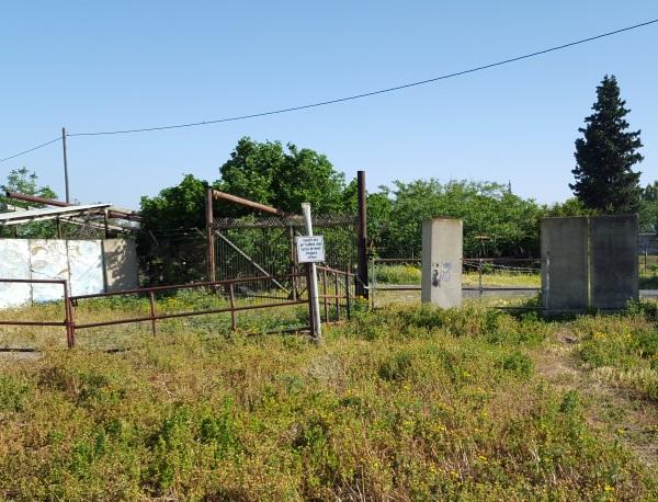 לאחר שתרדו מהמכונית ותצעדו 150 מטרים תראו את השער הזה, פנו לעבר שער הברזל ולא לשער הבטון