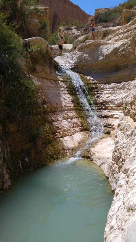 מפלון ובריכה סמוך למערה