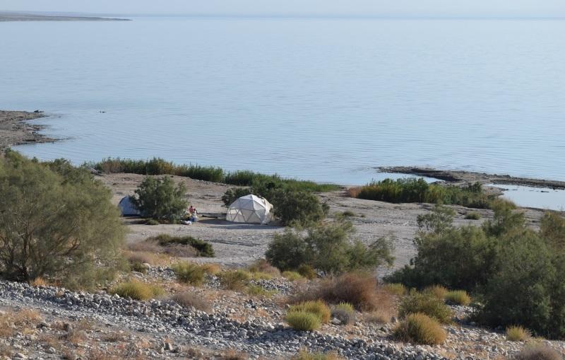 קמפינג בחוף שליד מצוקי דרגות