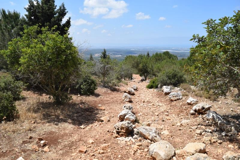 שביל אמיר מי טל המוביל אל המערה (ממזרח לשביל הסלול)