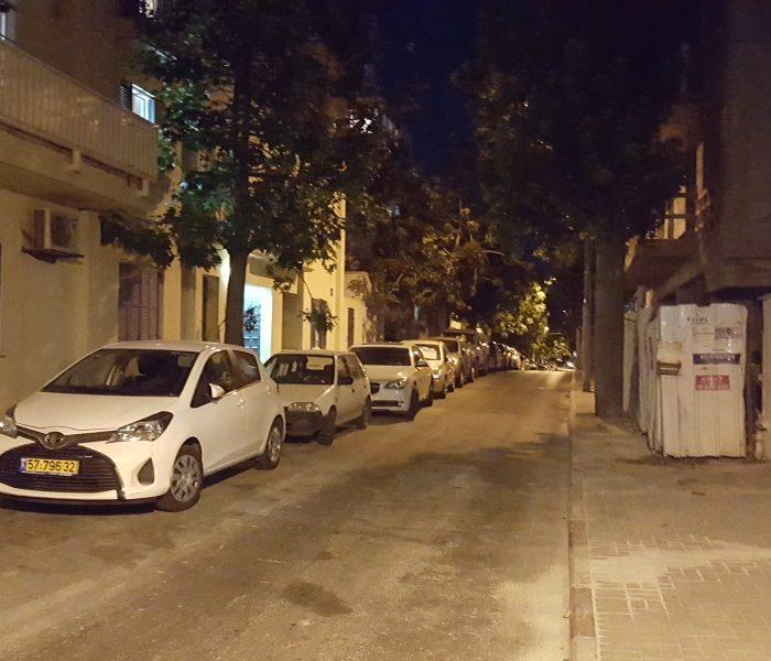 רחוב בלילה לא נראה כך במציאות. אבל זה מה שסיפק הצילום במצב האוטומטי גלקסי 6
