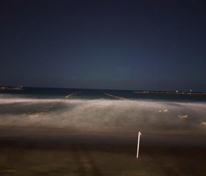 צילום עם חשיפה ארוכה. הים הופך מואר יותר וגם נוצר אפקט מתנועת הגלים גלקסי 7