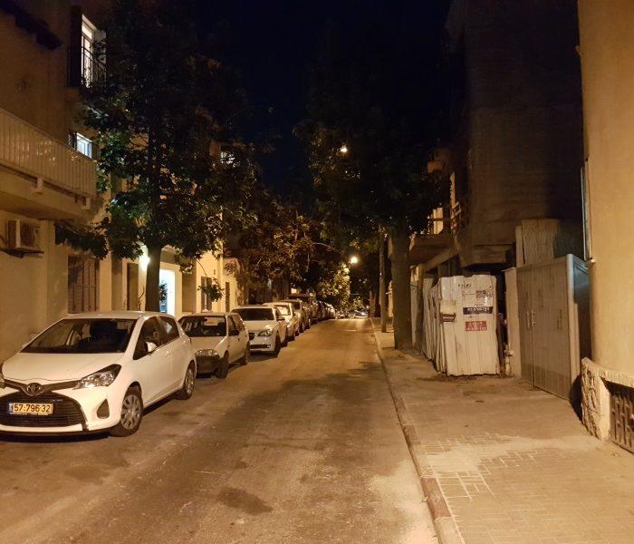 רחוב בלילה לא נראה כך במציאות. אבל זה מה שסיפק הצילום במצב האוטומטי גלקסי 7