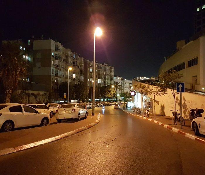 רחוב בלילה בצילום במצב אוטומטי ומואר בצורה לא מציאותית